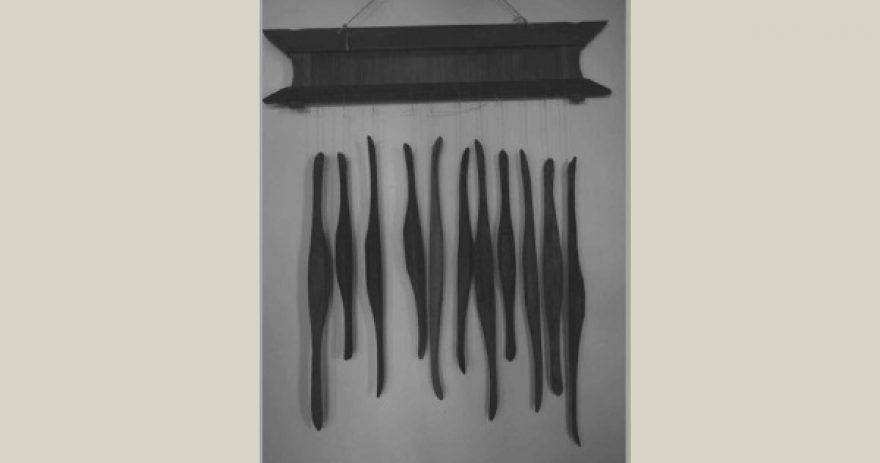 Les navettes de tissage à l'ancienne artistiquement présentées dans le salon d'un hôtel.