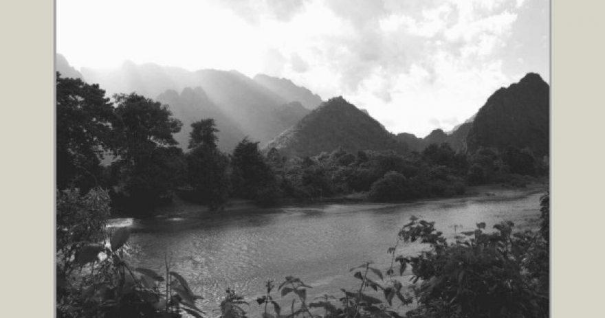 Paysage de Vang Vieng : la rivière Nam Song et les montagnes environnantes.